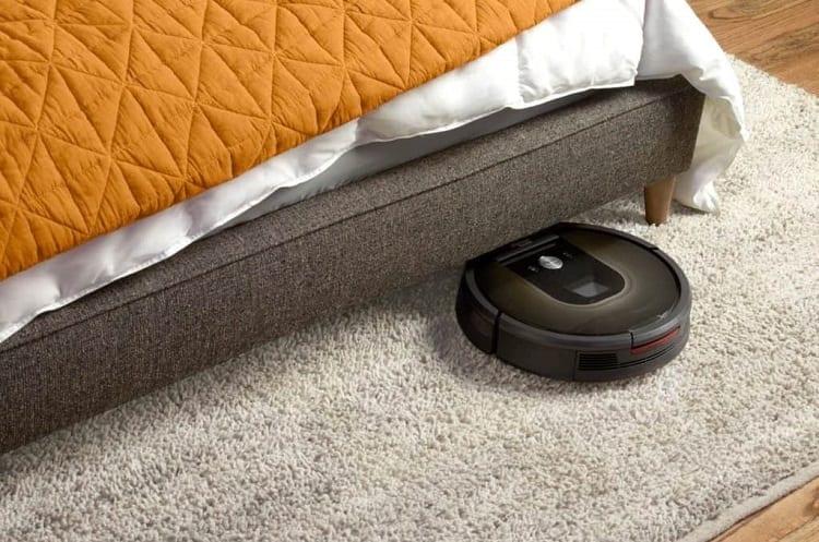 Roomba 690 Vacuuming
