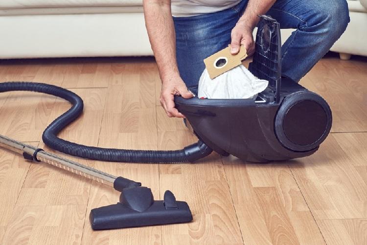 cleaninig the vacuum bag