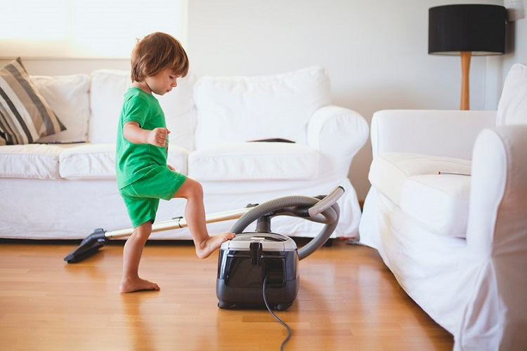 kid learn how to use vacuum cleaner